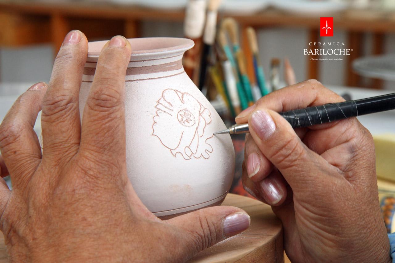 Grabado de motivo de decoración en porcelana roja